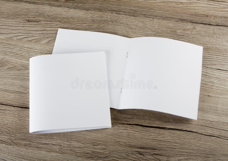 Pusty katalog, broszurka, magazyny, książka na drewnianym tle obraz royalty free