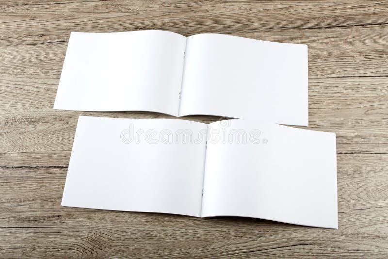 Pusty katalog, broszurka, magazyny, książka na drewnianym tle zdjęcia royalty free