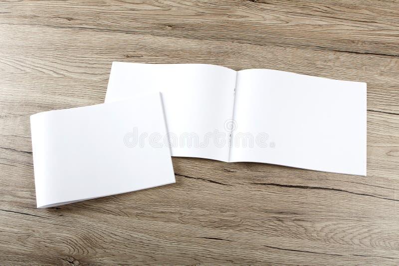 Pusty katalog, broszurka, magazyny, książka na drewnianym tle obraz stock