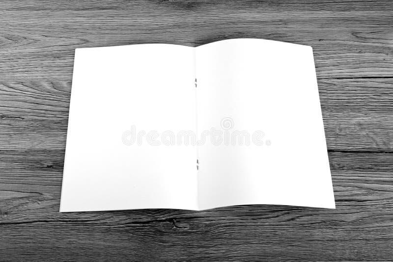 Pusty katalog, broszurka, magazyny, książka na drewnianym tle fotografia royalty free