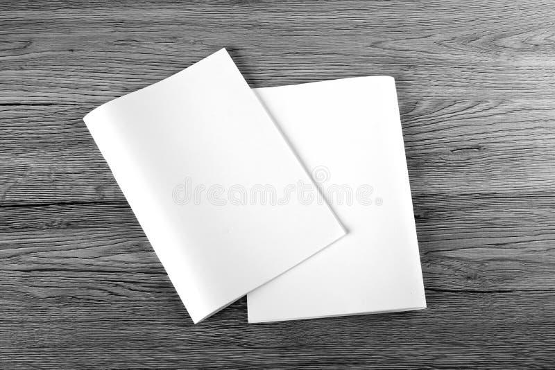 Pusty katalog, broszurka, magazyny, książka na drewnianym tle zdjęcie royalty free