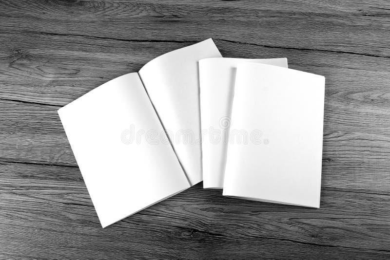 Pusty katalog, broszurka, magazyny, książka na drewnianym tle obrazy royalty free