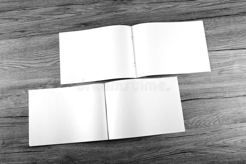 Pusty katalog, broszurka, magazyny, książka na drewnianym tle obrazy stock