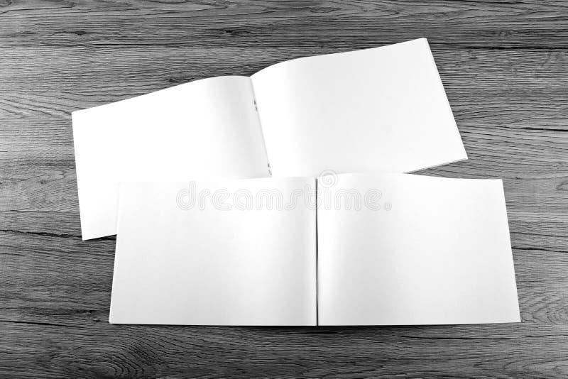 Pusty katalog, broszurka, magazyny, książka na drewnianym tle zdjęcia stock