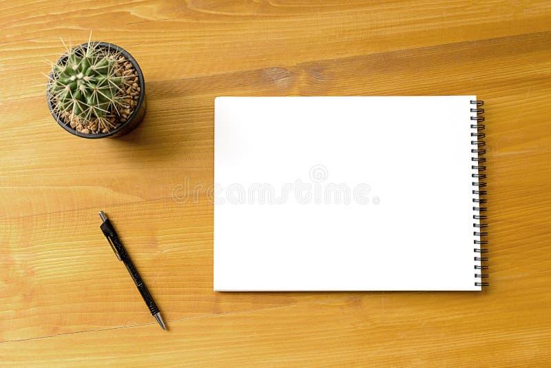 Pusty katalog i książka, magazyny, książka egzamin próbny up na drewnianym backgrou obraz stock