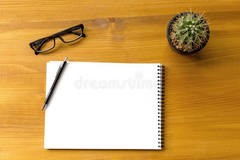 Pusty katalog i książka, magazyny, książka egzamin próbny up na drewnianym backgrou zdjęcie stock