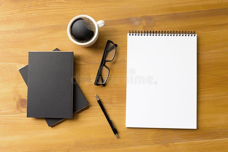 Pusty katalog i książka, magazyny, książka egzamin próbny up na drewnianym backgrou zdjęcia stock