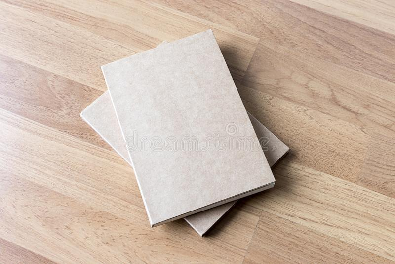 Pusty katalog i książka, magazyny, książka egzamin próbny up na drewnianym backgrou obrazy royalty free