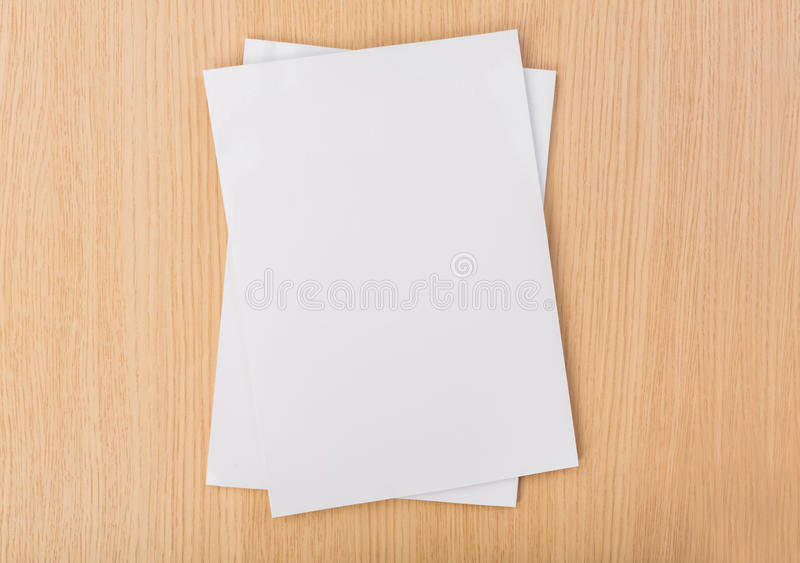 Pusty katalog, magazyny, książka egzamin próbny up na drewnianym tle obraz stock
