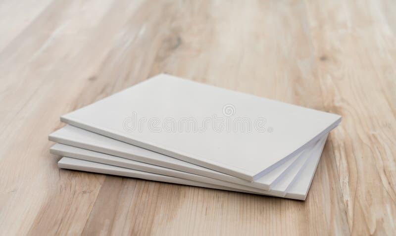 Pusty katalog, magazyny, książka egzamin próbny up na drewnianym tle fotografia stock