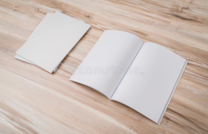 Pusty katalog, magazyny, książka egzamin próbny up na drewnianym tle zdjęcia stock