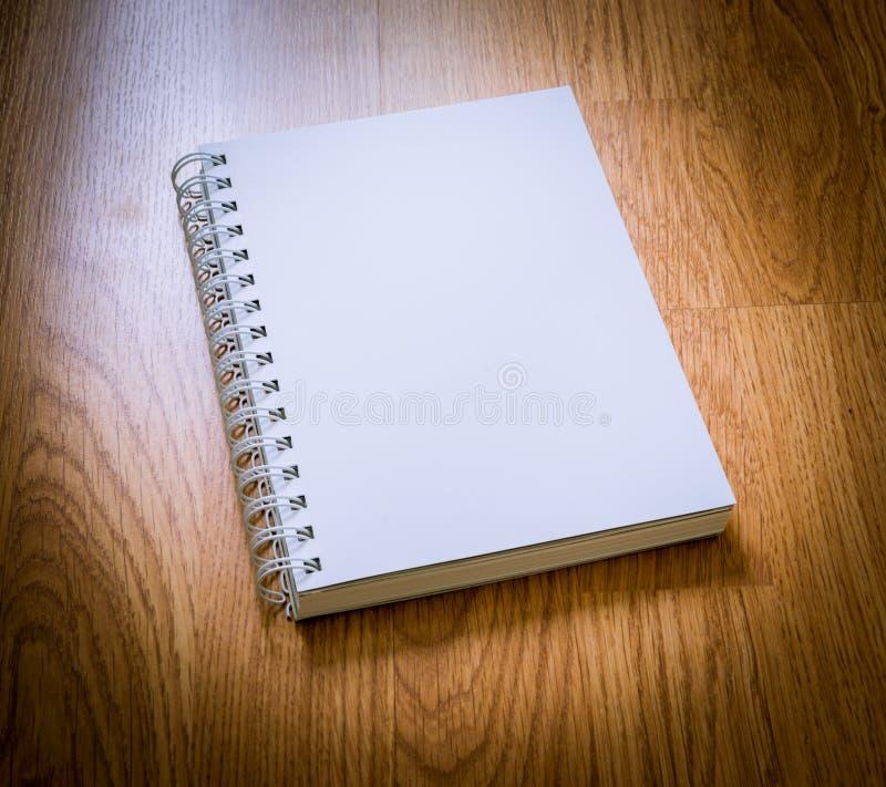 Pusty katalog na drewnianym tle zdjęcia royalty free