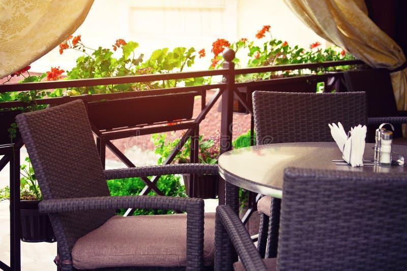 Pusty kawa taras z stołami i krzesłami zdjęcie stock