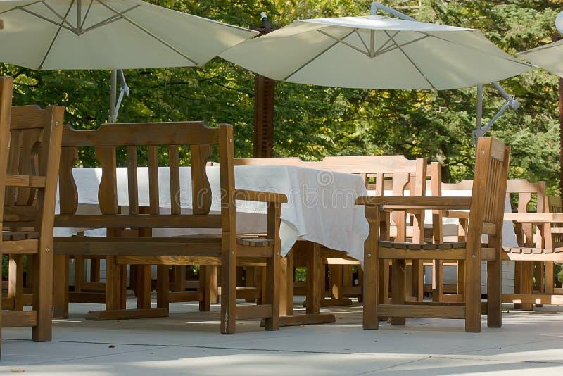 Pusty kawa taras z stołami i krzesłami plenerowy obraz royalty free