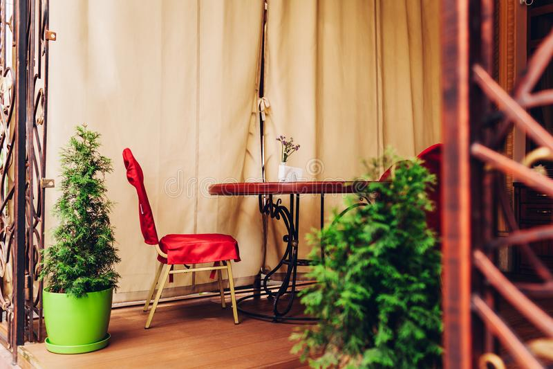 Pusty kawa taras z stołem i krzesłem dekorował z zasłonami i drzewami obraz royalty free