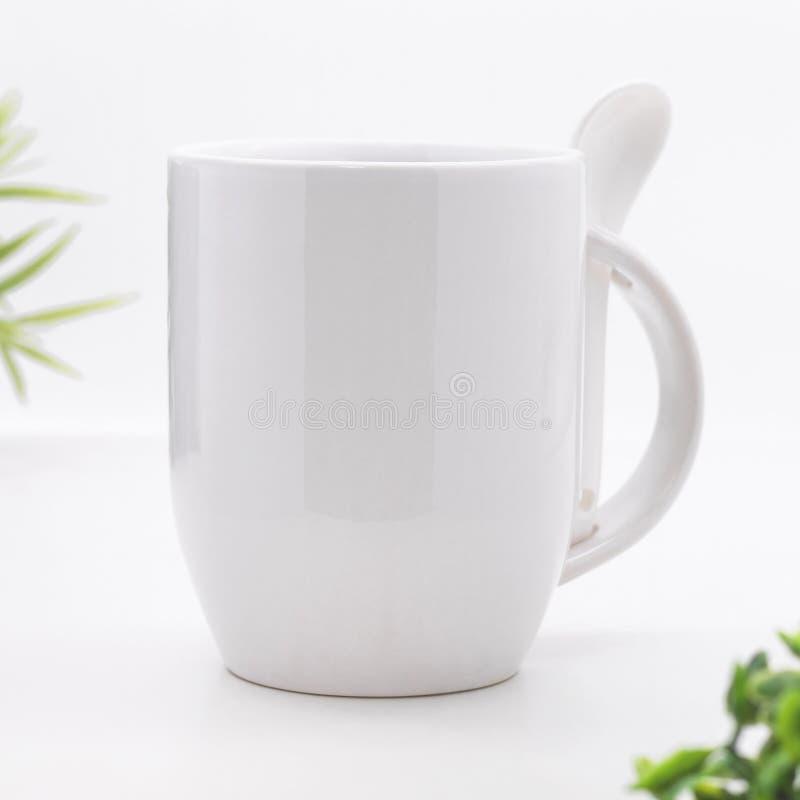 Pusty kawowy kubek i ?y?ka na nowo?ytnych bia?ych t?o Pusta herbaciana fili?anka dla tw?j projekta zdjęcia royalty free