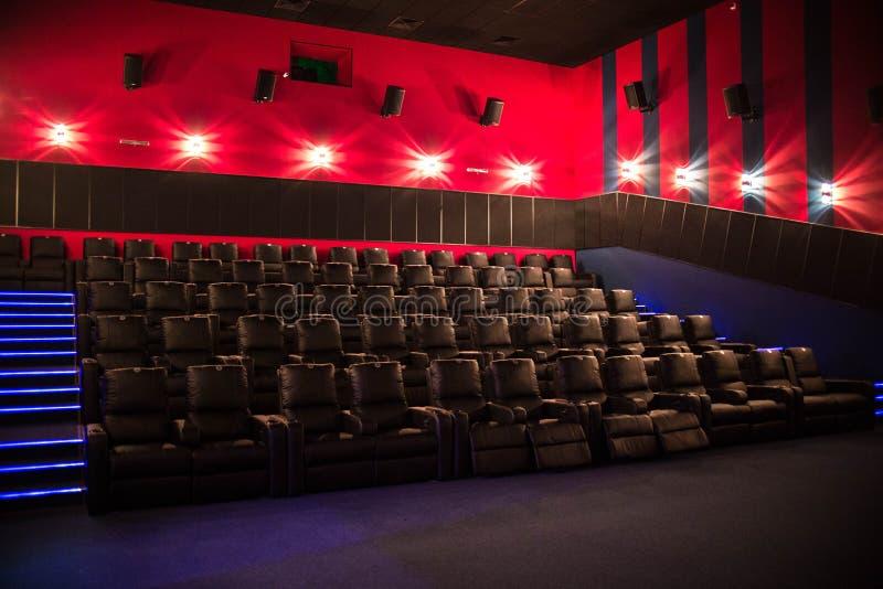 Pusty kino, kino z miękkich części krzesłami przed premiera film Tam no są żadny ludzie w kinie Ślizgowy automatyczny comfor obraz stock