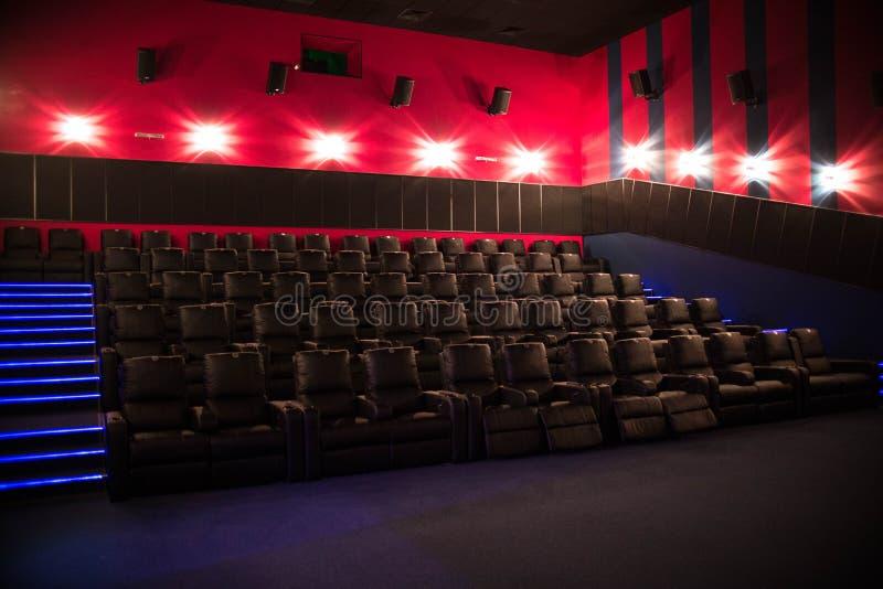 Pusty kino, kino z miękkich części krzesłami przed premiera film Tam no są żadny ludzie w kinie Ślizgowy automatyczny comfor zdjęcia stock