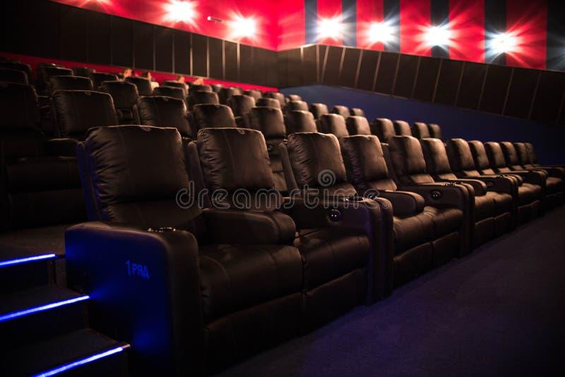 Pusty kino, kino z miękkich części krzesłami przed premiera film Tam no są żadny ludzie w kinie Ślizgowy automatyczny comfor obraz royalty free