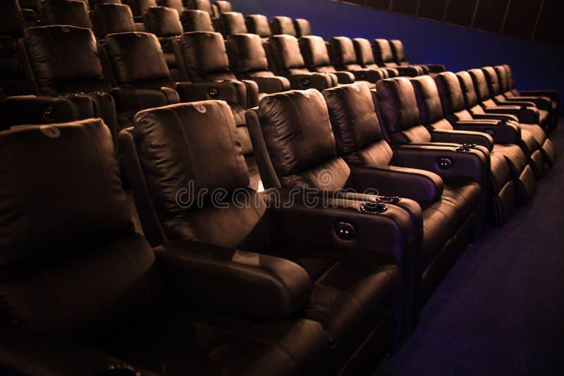Pusty kino, kino z miękkich części krzesłami przed premiera film Tam no są żadny ludzie w kinie Ślizgowy automatyczny comfor fotografia royalty free