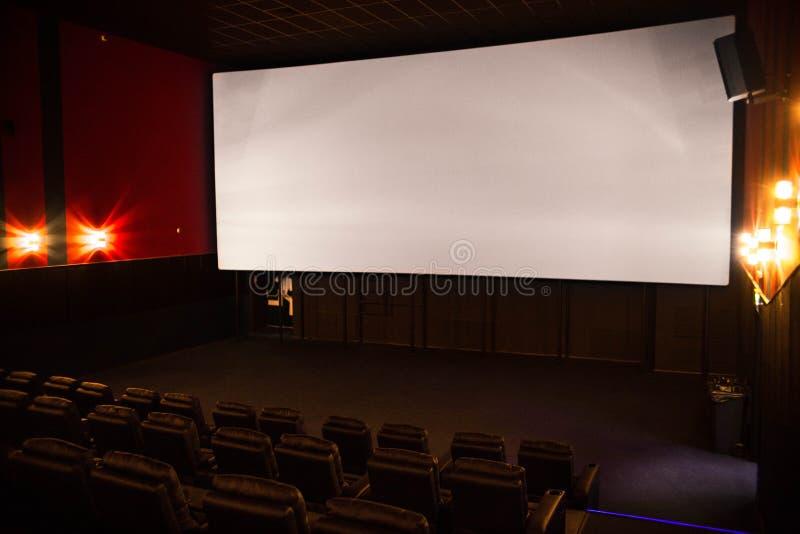 Pusty kino, kino z miękkich części krzesłami przed premiera film Tam no są żadny ludzie w kinie Ślizgowy automatyczny comfor zdjęcie stock