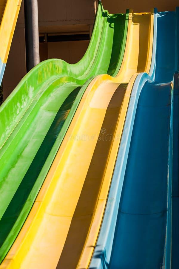 Pusty kolorowy suwak w woda parku zdjęcie royalty free
