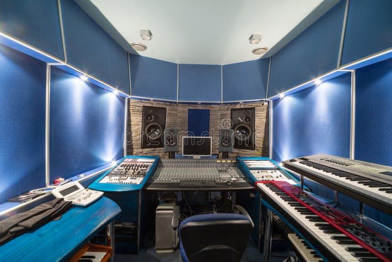 Pusty kontrolny pokój z muzycznym wyposażeniem zdjęcie stock