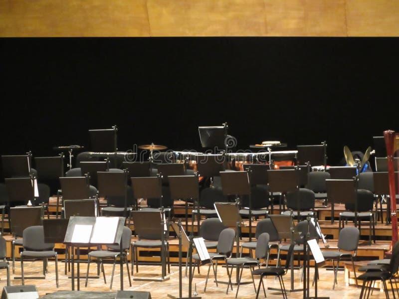 Pusty krzesło stojak na scenie w filharmonii zdjęcia royalty free