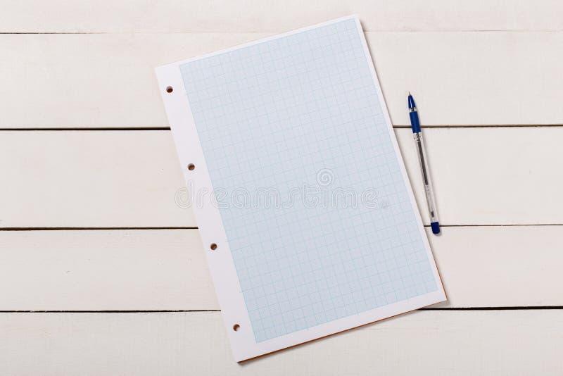Pusty książkowy okładkowy szablon z stroną w frontowej strony pozycji na białym drewnianym tle zdjęcia royalty free