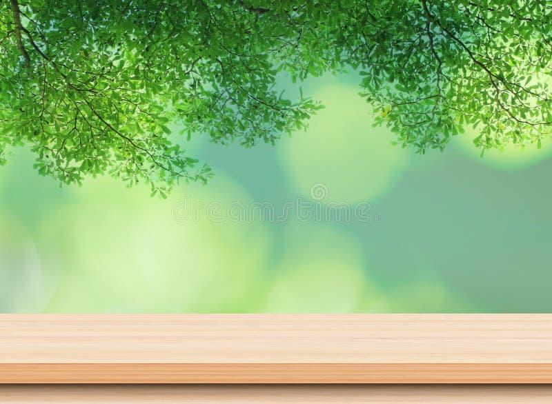 Pusty lekki drewniany stołowy wierzchołek z zielonymi liśćmi zdjęcie royalty free