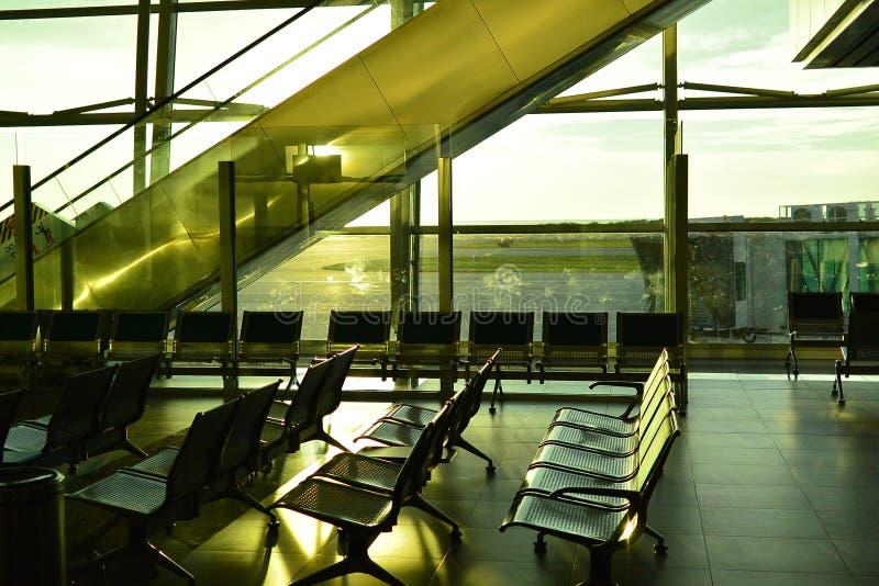 Pusty lotnisko z uczuciem czekanie daleko od lub latanie, zdjęcia royalty free