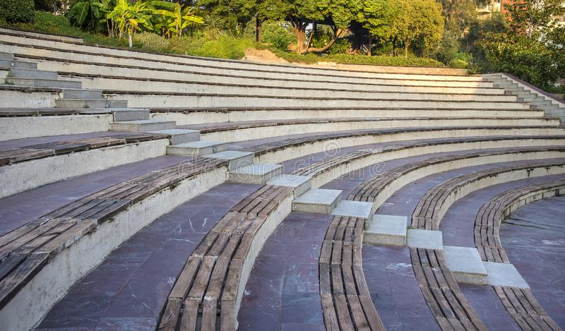 Pusty na wolnym powietrzu theatre z drewnianymi siedzeniami obrazy stock