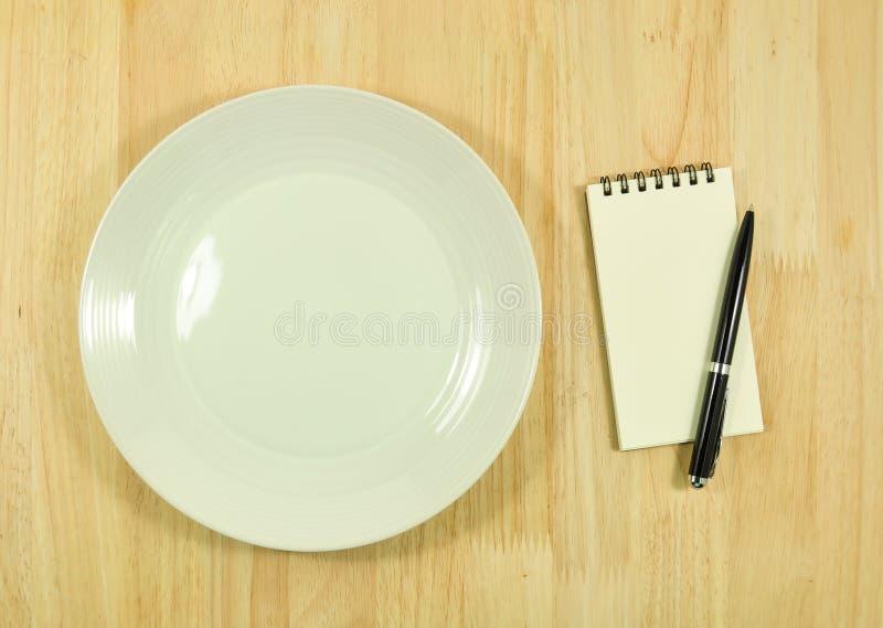 Pusty naczynie i przepis na drewno stole obraz stock