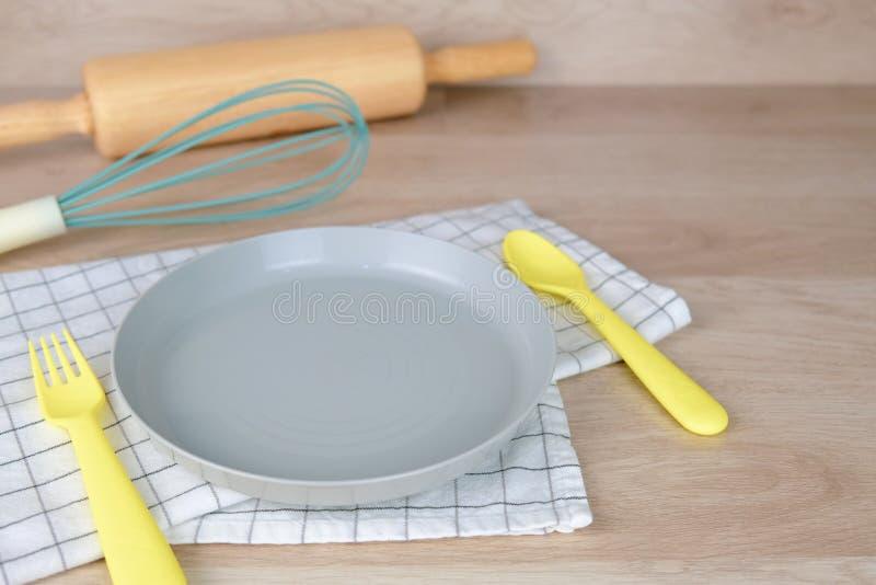 Pusty naczynie lub półkowy pastelowego koloru piekarni przyjęcia śniadanie w domu Kulinarny jedzenie z Toczną szpilką i ręką mies obraz stock