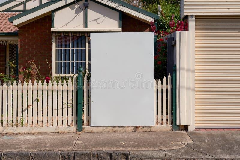 Pusty nieruchomość znak na zewnątrz podmiejskiej mieszkaniowej własności zdjęcia stock