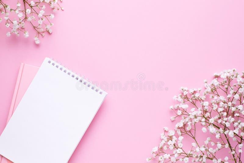 Pusty notatnik i biali kwiaty na r fotografia royalty free