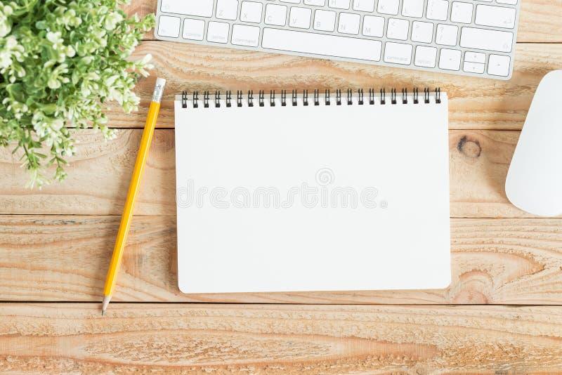 Pusty notatnik i koloru żółtego ołówek na brown drewnie, mieszkanie nieatutowa notatnik dla twój wiadomości fotografia obraz stock
