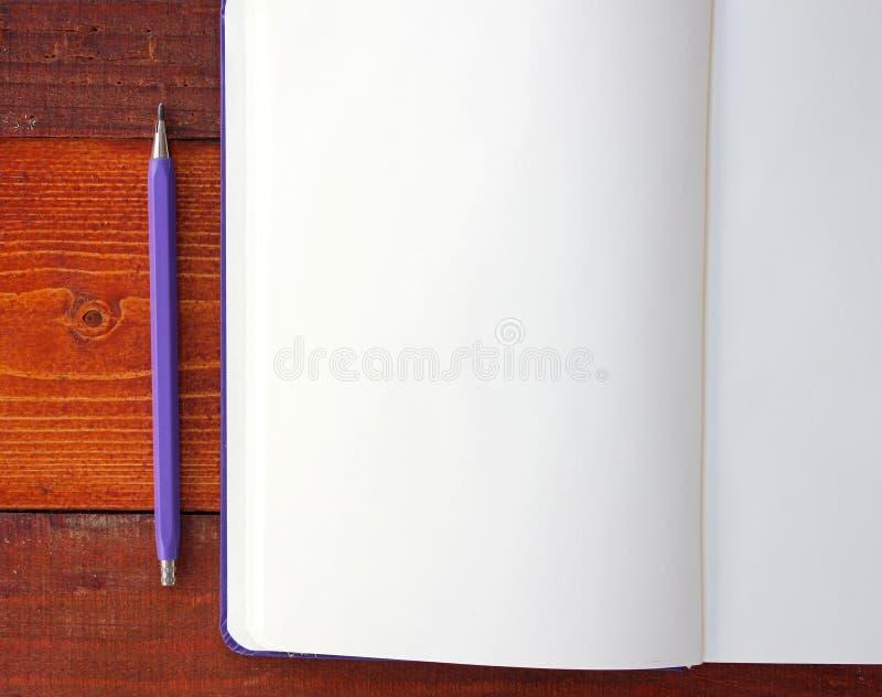 Download Pusty notatnik i ołówki zdjęcie stock. Obraz złożonej z drewniany - 57659316