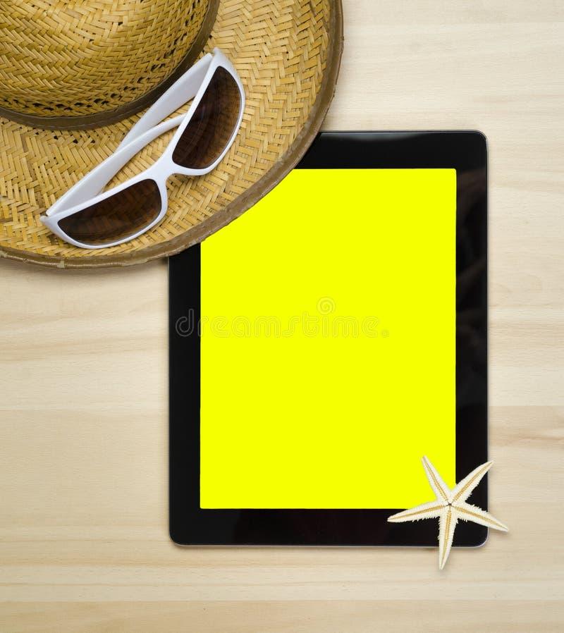 Pusty notatnik na drewnianej stół powierzchni z plażowym kapeluszem, seashells zdjęcie royalty free