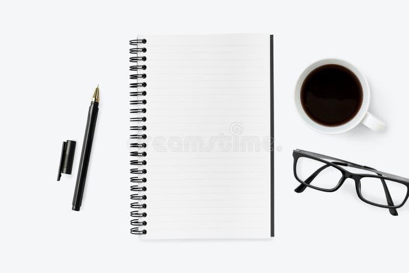 Pusty notatnik na górze białego biurowego biurka stołu z dostawami Odg?rny widok z kopii przestrzeni?, mieszkanie nieatutowy obraz royalty free