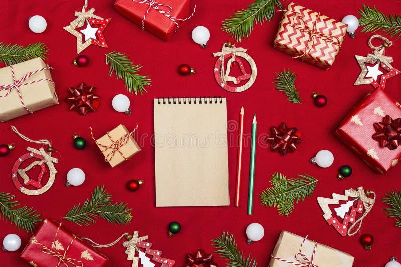 Pusty notatnik z Bożenarodzeniowym składem prezenty i decorati zdjęcia stock