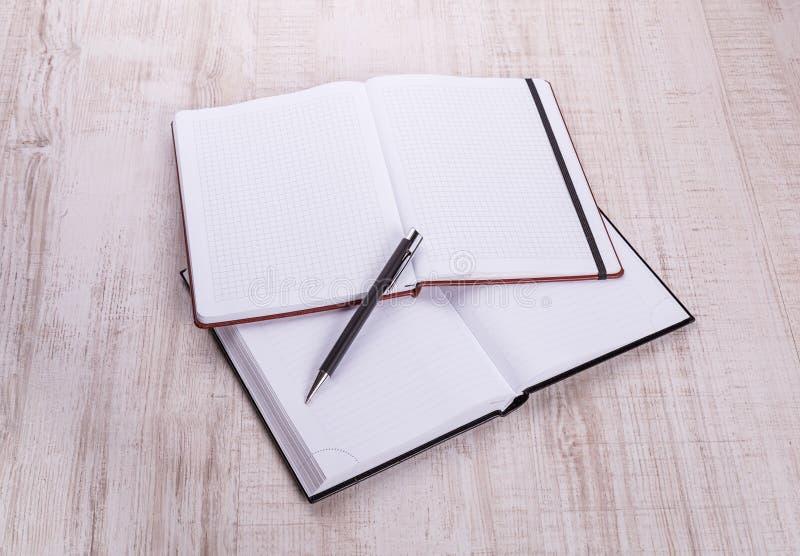 Pusty notatnik z piórem na drewnie obrazy stock