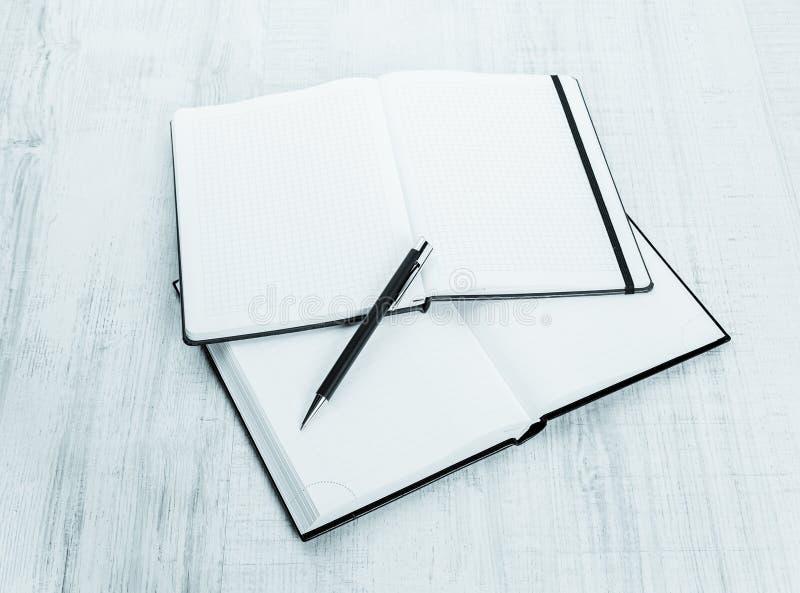 Pusty notatnik z piórem na drewnie zdjęcie royalty free