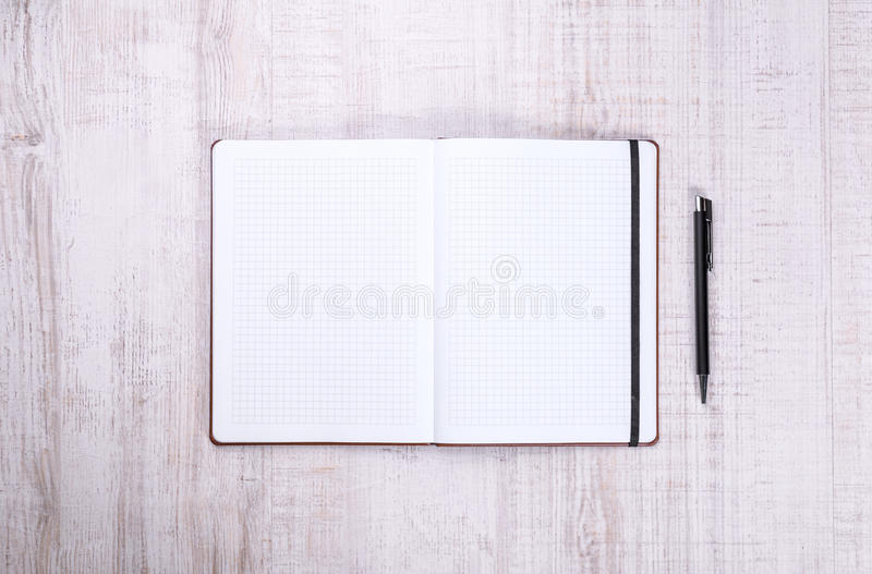 Pusty notatnik z piórem na drewnie zdjęcia royalty free