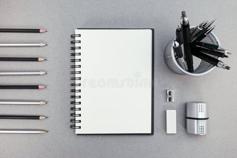 Pusty notepad i biurowe dostawy na przetwarzającym papierowym tle obrazy stock