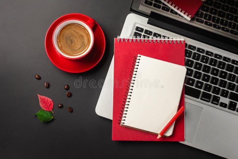 Pusty notepad nad laptopem i filiżanką na biurowym czerń stole obrazy royalty free