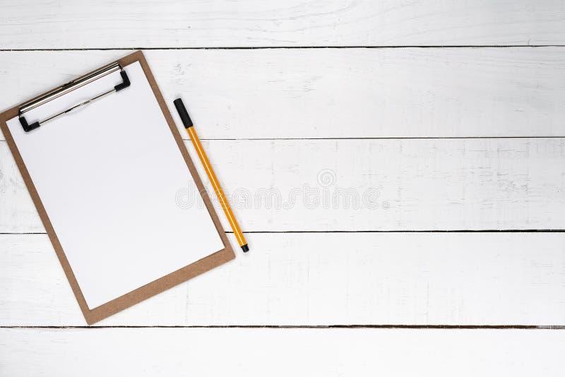 Pusty notepad z żółtym piórem nad białym drewnianym tłem obrazy royalty free