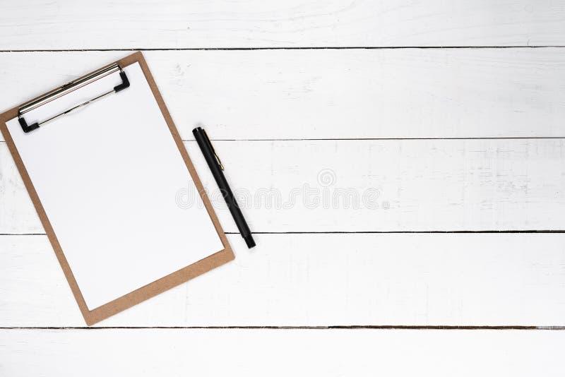 Pusty notepad z fontanny piórem nad białym drewnianym tłem zdjęcie royalty free