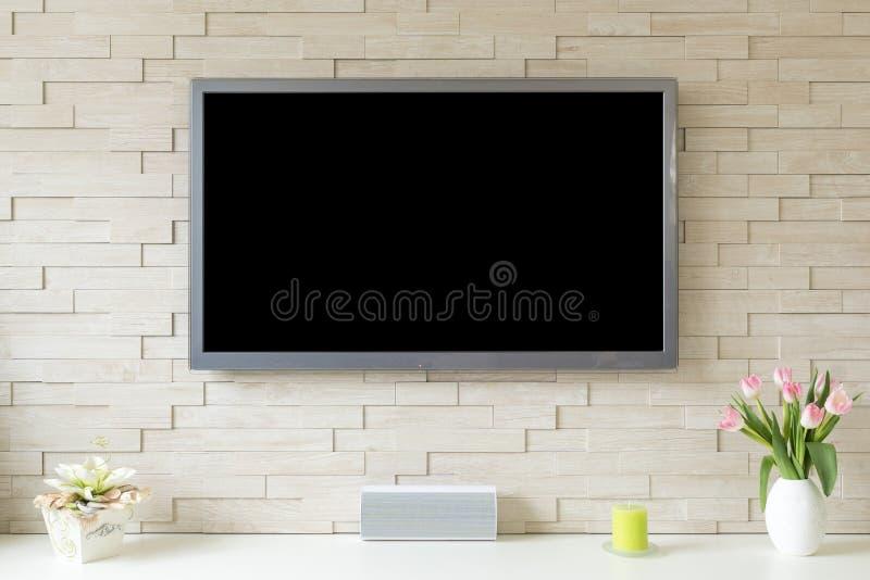 Pusty nowożytny płaski ekran TV przy białym ściana z cegieł z kopii przestrzenią obraz stock