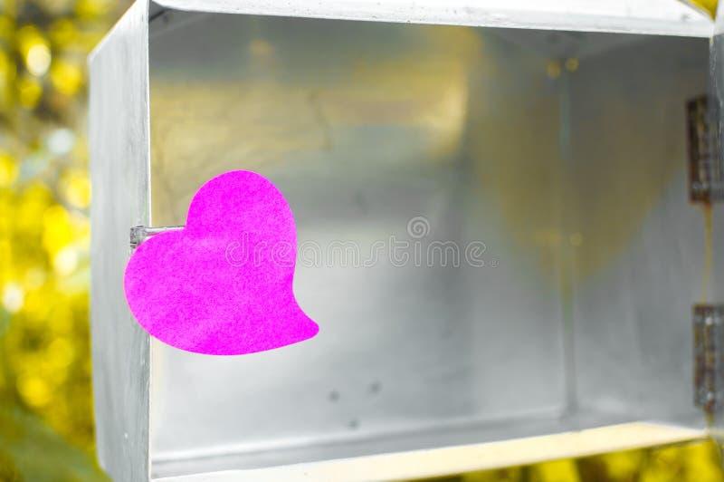 Pusty nutowy ochraniacz lub kleiste notatek menchie na poczta boksujemy z światło słoneczne półdupkami fotografia stock